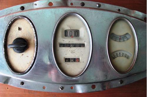 tablero de auto antiguo con instrumental de medicion