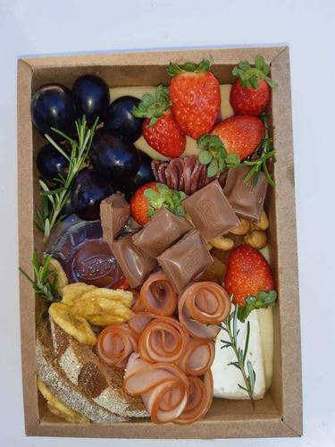 tábua ou box de frios estilo grazing food.
