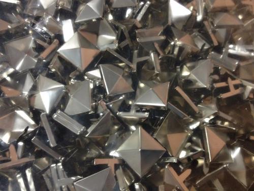 tachas piramidales de hierro 8x8mm x 1000 unid