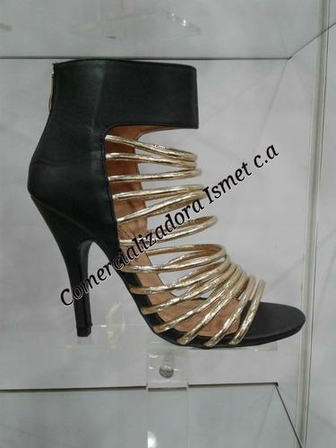 tacones  dorados con negro elegantes, con plataforma altos