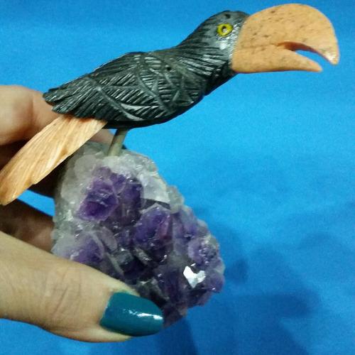 talla de pájaro en piedra sobre amatista