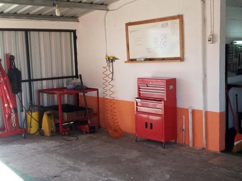 taller de mecánica automotriz y electrónica.