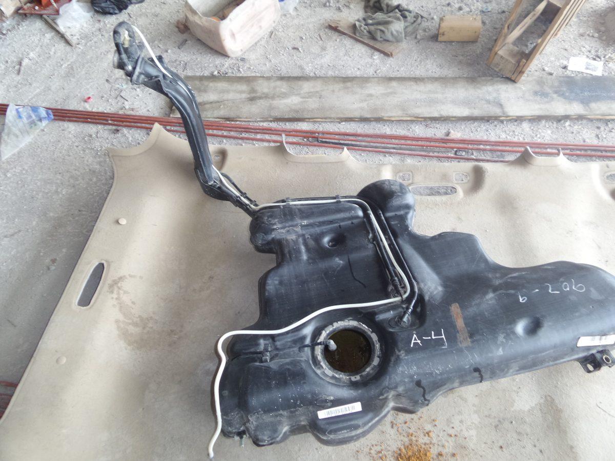 Cómo quitar el filtro de combustible de un 99 Ford