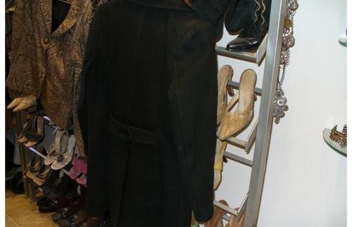 tapado negro  d paño de lana forrado abotonado, muy abrigado