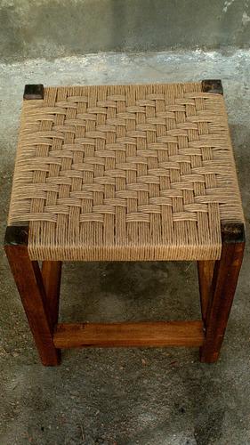 taurete en madera finamente tejido en hilo de papel!!!