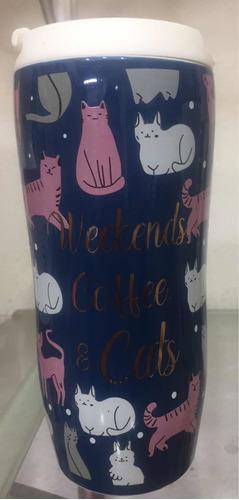 taza de cerámica azul con estampado de gatitos