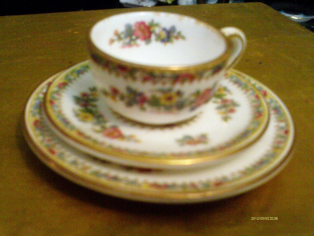 Taza de porcelana en miniatura con plato y bandeja for Tazas de porcelana