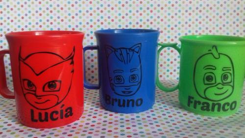 tazas plasticas c/vinilo herores en pijama personalizadas