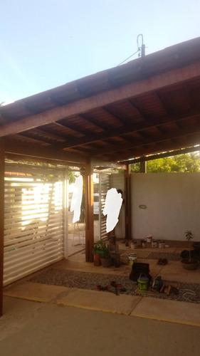 telhados diversos, pergolados, deck em madeira.