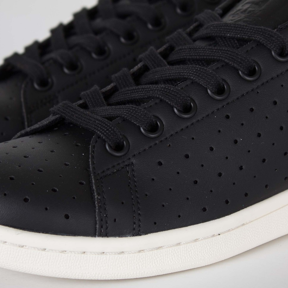 14fbf7a6465 Tennis adidas Stan Smith Nucleo Negras Perforated -   140.000 en ...