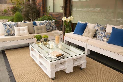 terraza de madera con cojines de decoración