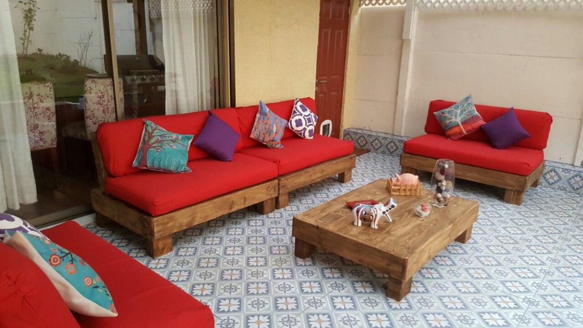 Terraza de pallets palet cuatro sillones m s mesa de for Ideas para hacer sillones reciclados