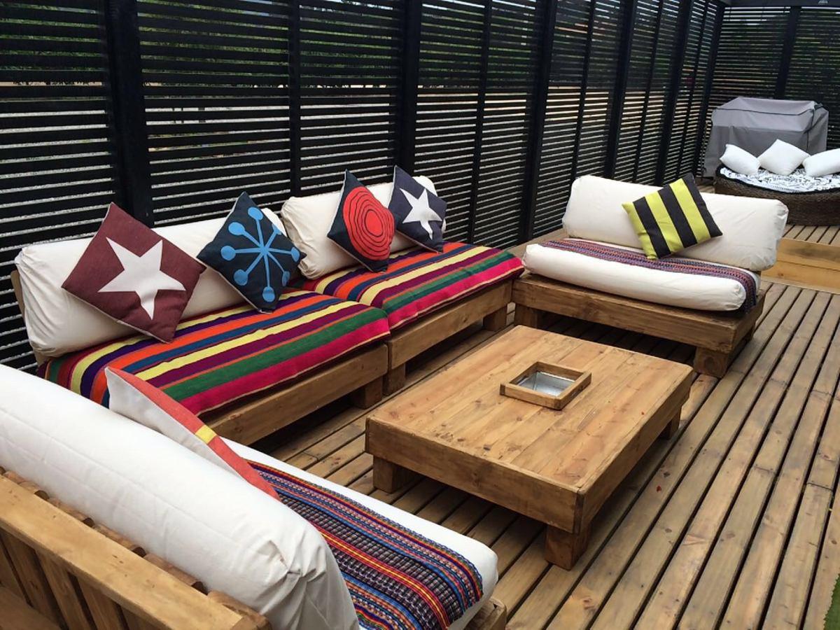 Terraza de pallets palet cuatro sillones m s mesa de for Juego de terraza usado chile