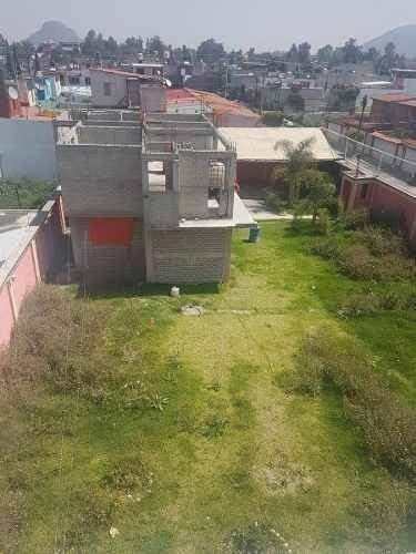terreno amplio con casa en obra gris