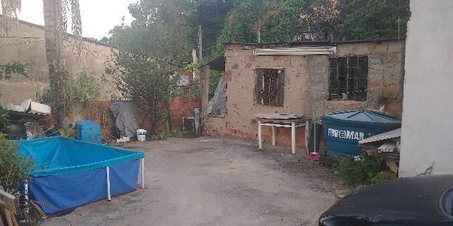 terreno amplo e plano com casa simples