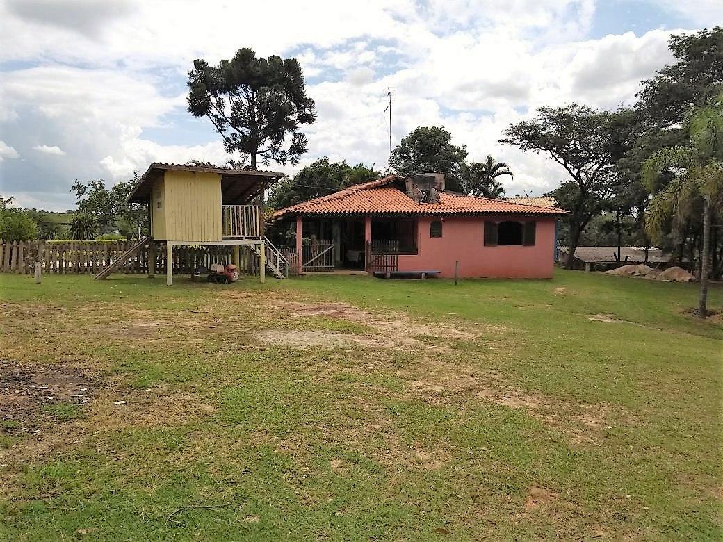 terreno com área de 17.000 metros quadrados , possui 2 casas