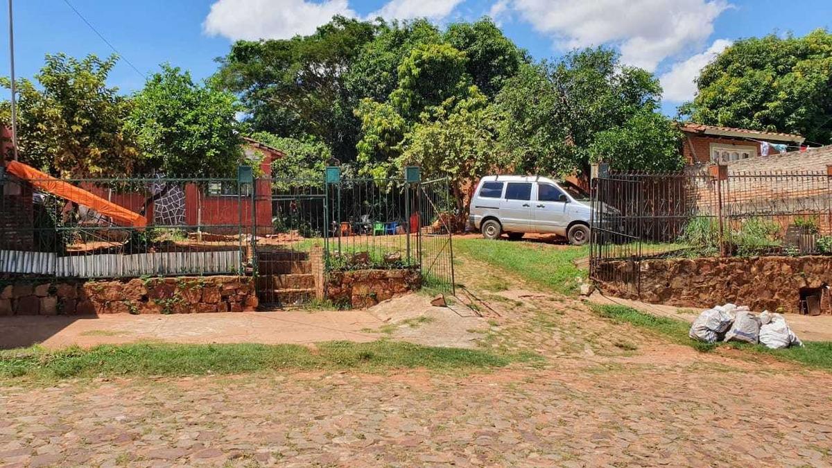 terreno con casa a refaccionar en barrio san isidro-lambare
