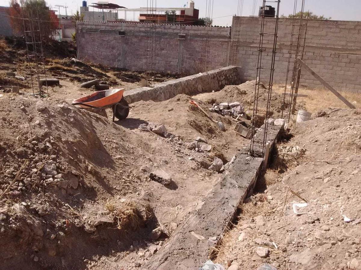 terreno con cimientos