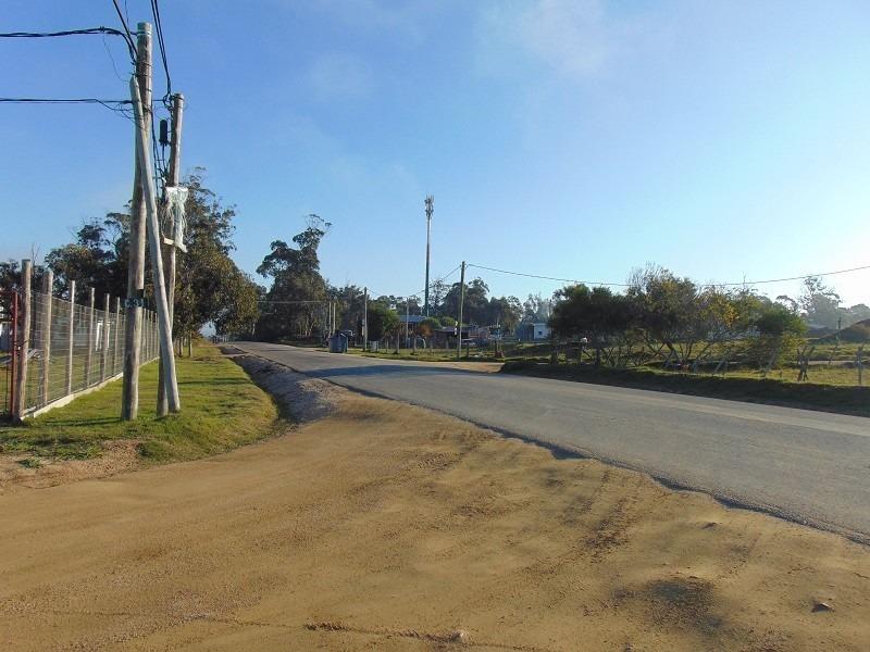 terreno con mejoras a pasos de calle principal.