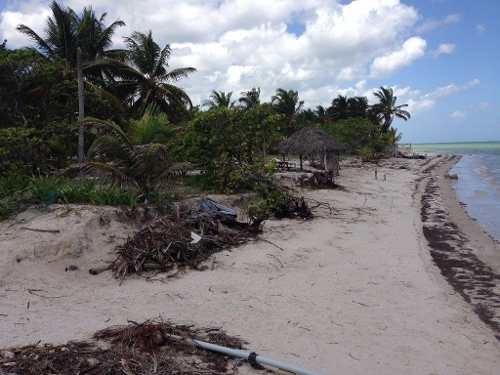 terreno con parador turistico en la costa esmeralda yucatan a orilla de mar.
