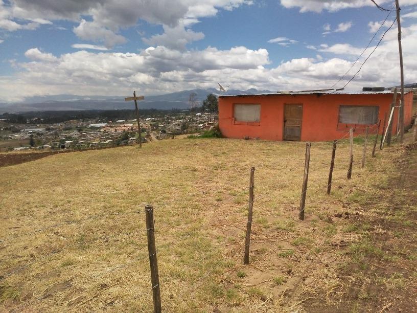 terreno con una pequeña casa