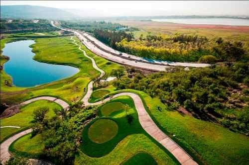 terreno con vista a la presa y campo de golf