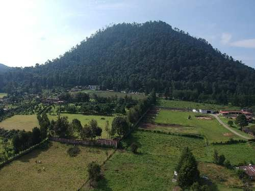 terreno con vista a las montañas