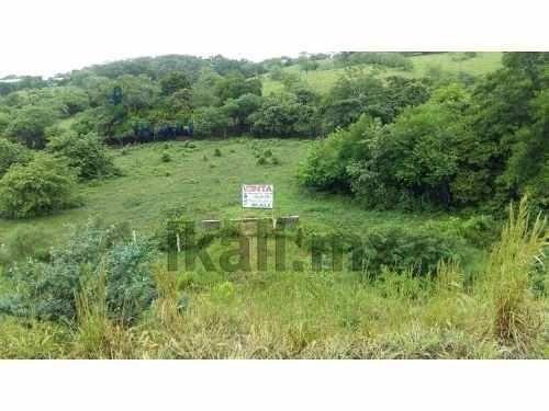 terreno de 16000 m2, se encuentra ubicado en la carretera a cazones por los kilómetros, en el entronque con la autopista a la zona industrial al sur del rio tuxpan, esta cerca de la zona de cobos, po