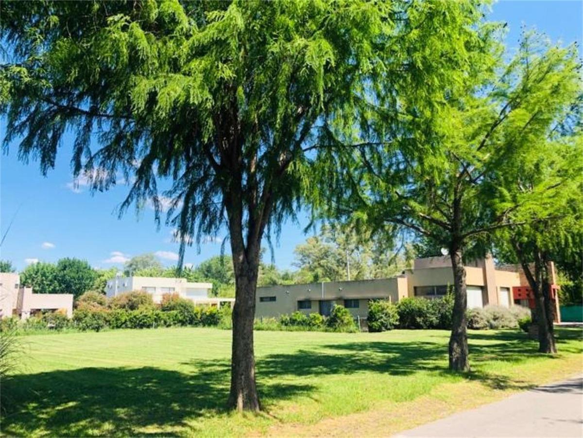 terreno de 883 m² en barrio 'la cesarina'
