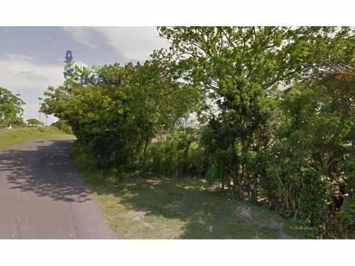 terreno en venta en el km 20 de la carretera tuxpan- tamiahua, cuenta con 4063.72 m² se encuentra ubicado en el arroyo de san lorenzo en la congregacion de heroes de nacozari, los servicios públicos