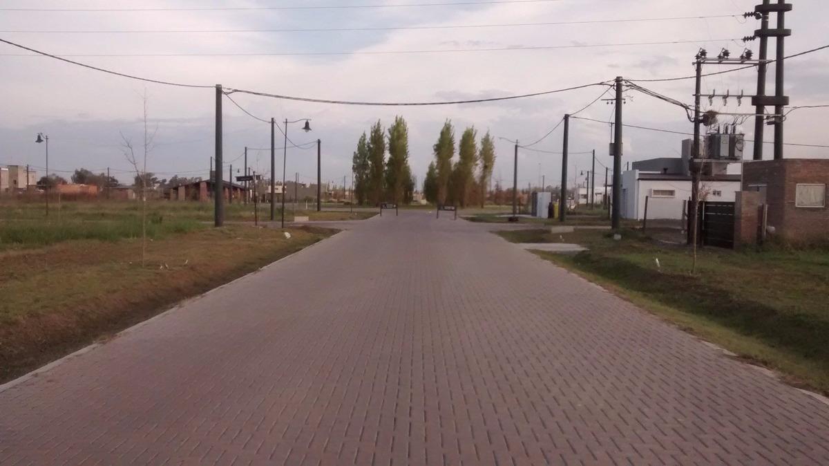 terreno escriturado en roldan / barrio las tardes / terreno sobre espacio verde