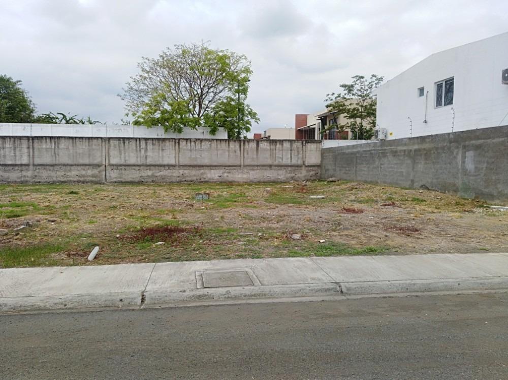 terreno propio frente al colegio torremar