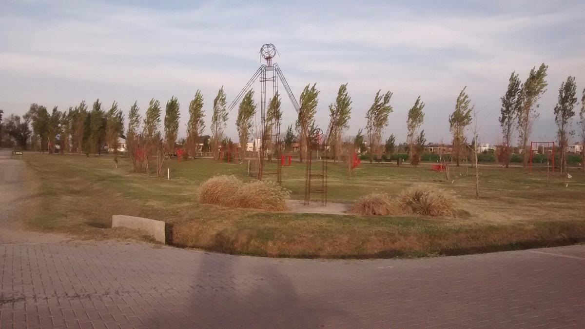 terreno sobre avenida frente a espacio verde - hermoso entorno / las tardes