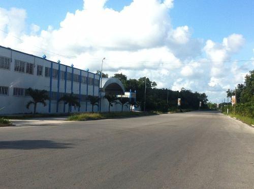 terreno sobre la carretera principal, justo a la entrada del pueblo de tulum, se localiza en una esq