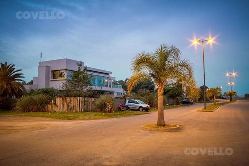 terreno sobre la playa, en barrio real de san carlos, seguridad, amenities