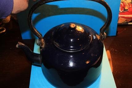 tetera azul oscura