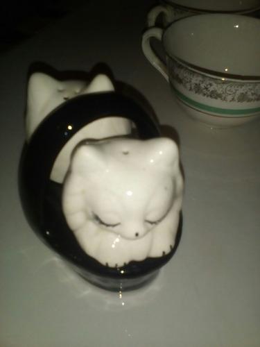 tetera de porcelana antigua y gatitos de porcelana
