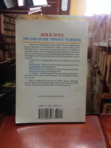 the case of the missing playbook - by l. e. wolfe-  juvenil