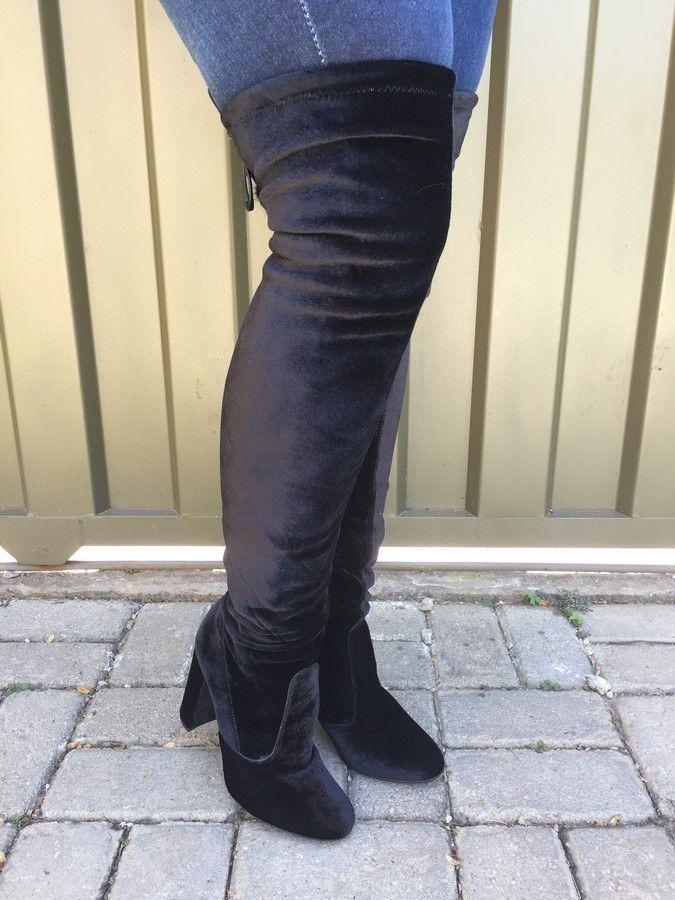 424186809 Carregando zoom... bota over the knee de veludo preto com pompom suzana  santos
