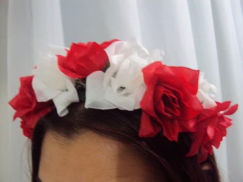 tiara florida havaiana com rosas vermelhas e brancas