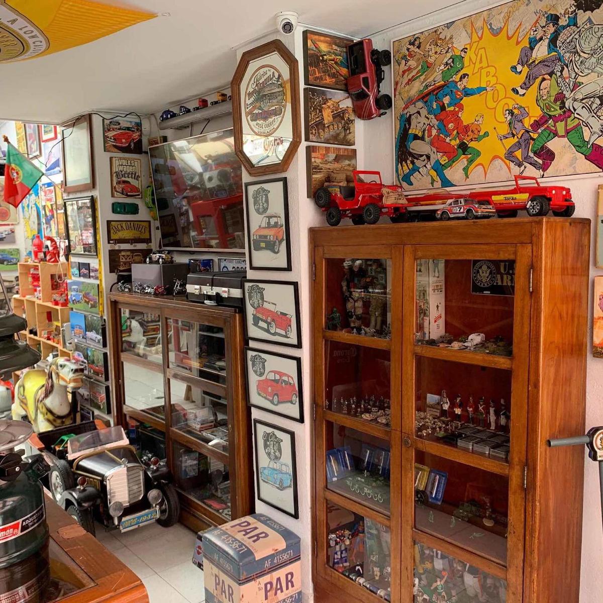 tienda de coleccionables, anticuario, café temático