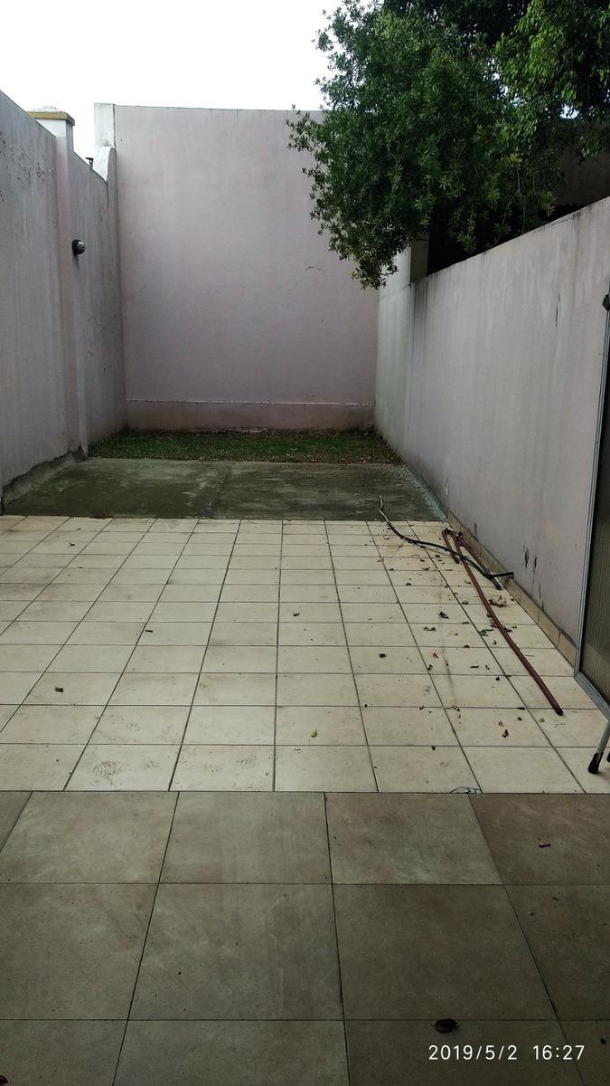 tipo casa 1 ambiente con patio parquizado