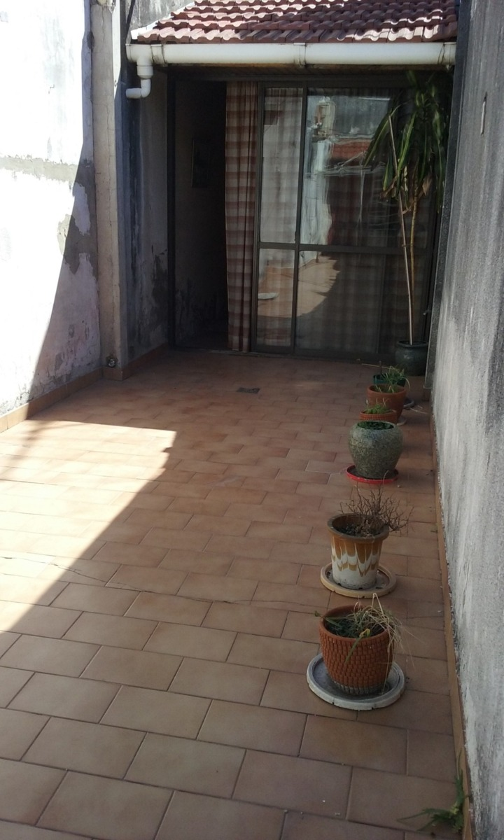 tipo casa 3 amb. c/espacio auto chico-  patio-  sin expensas