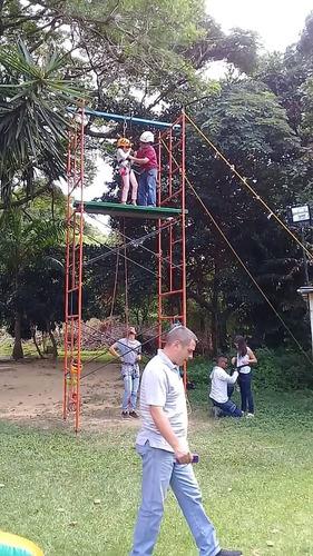 tirolina, pared de escalar, trampolín bunge, puente colgante
