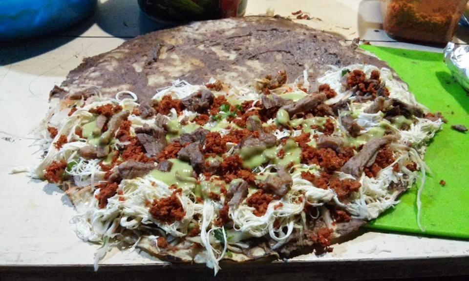 tlayuda, un ejemplo de comida oaxaqueña