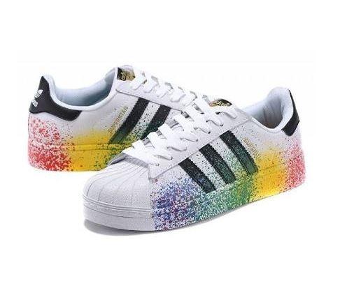 81a02411e8 Tênis adidas Pride Pack Superstar Colorido Promoção 25% - R  209