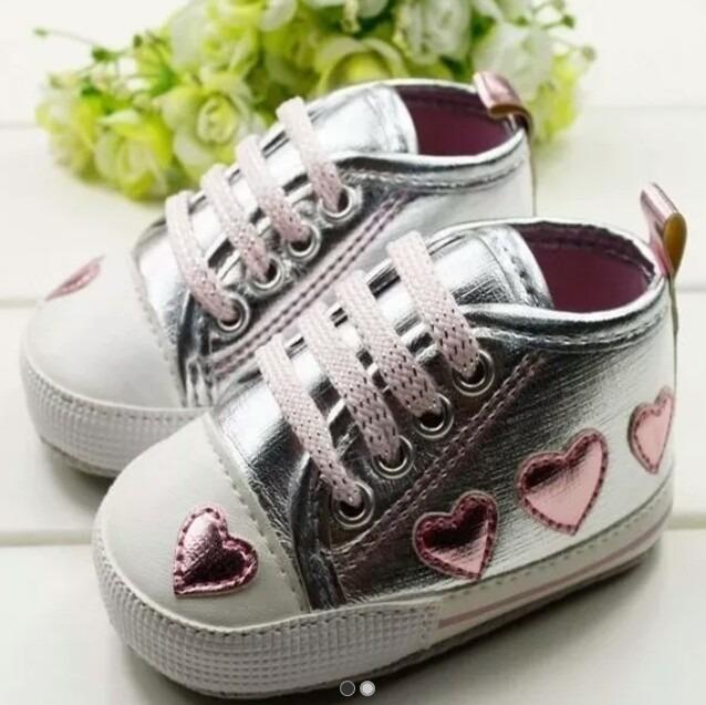 7a8170fcd6 Tênis Bebê Menina Prata Com Coração Rosa - R  36