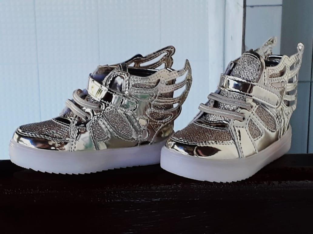 984afab073 tênis infantil meninas c  led e asas importado prata n.25. Carregando zoom.
