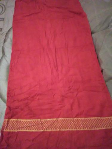 toalla grande marca amazona color fucsia con estampado dorad