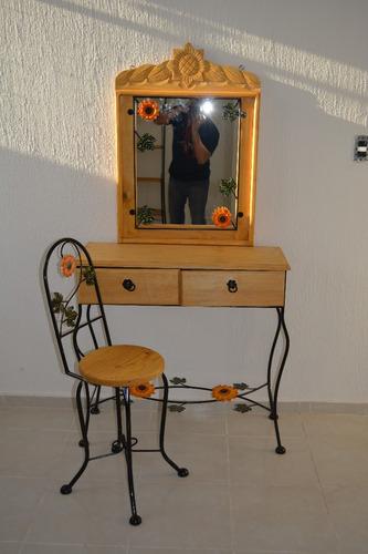 tocador con espejo y silla